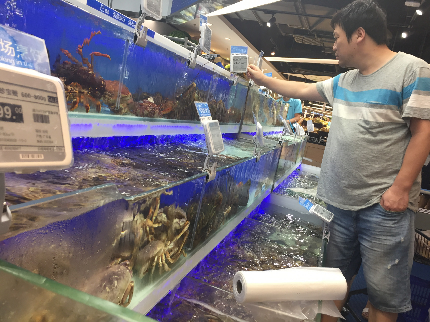 Shoppers can hand-pick their own seafood and get it cooked on the spot. (Image credit: TechNode)