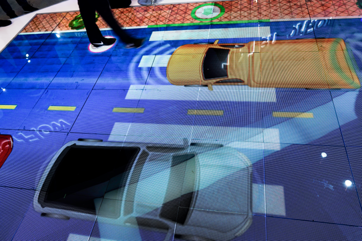 LingangSpecial Area, home to Tesla's Gigafactory 3 in the south of Shanghai, demonstrates the future of city's smart transportation in an LED screen at this year's WAIC in Shanghai. In simulation, vehicles would stop autonomously when passengers need to walk across the road. (Image credit: TechNode/Shi Jiayi)